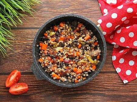 Варена елда със зеленчуци (моркови, гъби, чушки, лук) и яйца - снимка на рецептата
